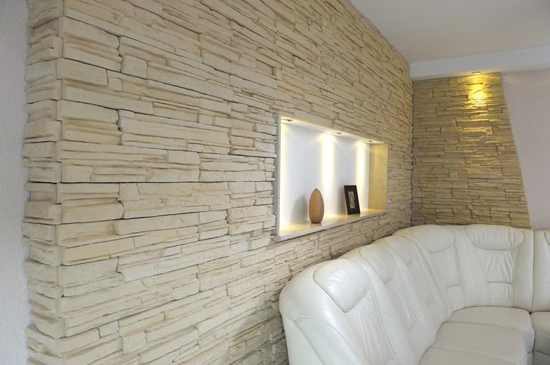 Parete In Pietra Per Interni: Soggiorni moderni con pietra decorare ...