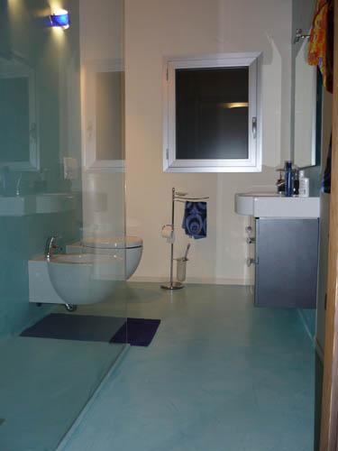 Pavimento creativo bagno - Bagni rivestiti in resina ...