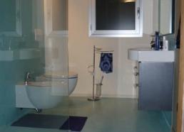 Pareti e pavimenti di bagni in resina epossidica spatolato il